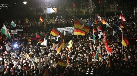 """25.000 de nemţi au ieşit în stradă la Dresda: """"Opriţi islamizarea Europei până nu e prea târziu!"""""""