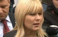 """Elena Udrea, huiduită la poliţie: """"Ruşine!"""" şi """"La puscarie!"""""""