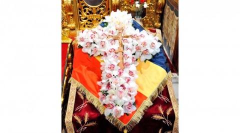 cruce-din-flori-pe-steagul-romanesc_0