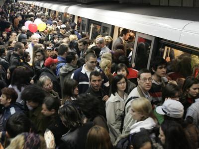 """Transportul public din New York a renunțat la salutul """"doamnelor și domnilor"""" pentru mesaje de gen neutru"""