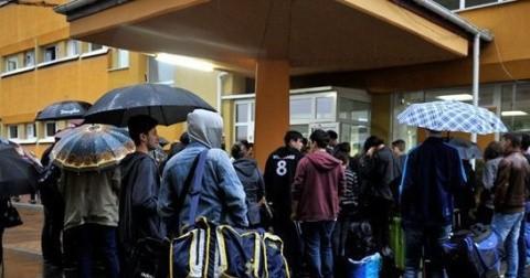 Sute de studenţi ai UBB Cluj, cu bagaje la cozi interminabile încă de la 6.00, pentru cazare în cămine