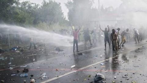 A început invazia islamistă!  Violențe între imigranții musulmani și poliția ungară. Se folosesc tunuri cu apă și gaze lacrimogene (Video)