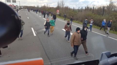"""""""Jungla"""" din Calais se reface. Acum e mult mai rău pentru imigranți decât înainte"""