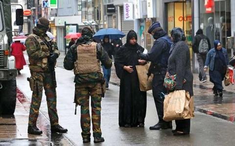 Europol: ISIS căută adepți printre refugiații musulmani care ajung în Europa. Zeci de teroriști sunt deja în Europa