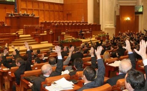Parlamentarii au votat tacit o lege care mai adaugă un pas la oficializarea limbii maghiare în Ardeal