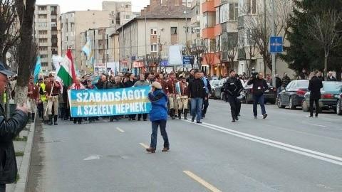 4.500 de secui au participat la Marșul Secuilor de la Târgu Mureș pentru autonomie. HVIM în fruntea separatiștilor. Liderul PRU reacționează