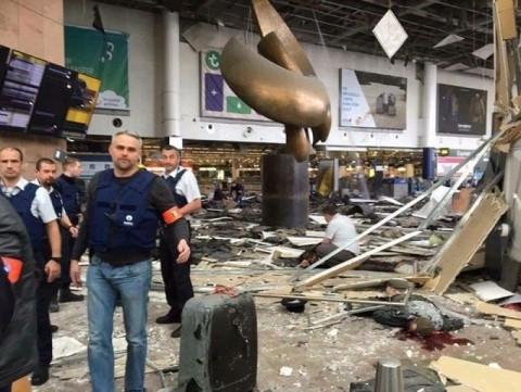 """Imagini șocante cu explozia de la metroul din Bruxelles. Bogdan Diaconu se întreabă: """"mai îndrăznește cineva să ne impună migranți musulmani?"""" (Foto)"""