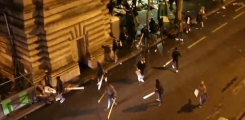 Șoc în Franța! Imigranți musulmani înarmați cu bâte lovesc localnicii francezi la Paris (Video)