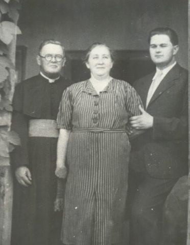protopopul-valentin-coposu-cu-sotia-aurelia-si-fiul-corneliu-in-exil-la-coslariu-1941
