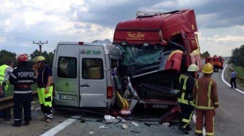 Un mort şi cinci răniţi, după ce un autoturism s-a izbit de un microbuz în județul Cluj