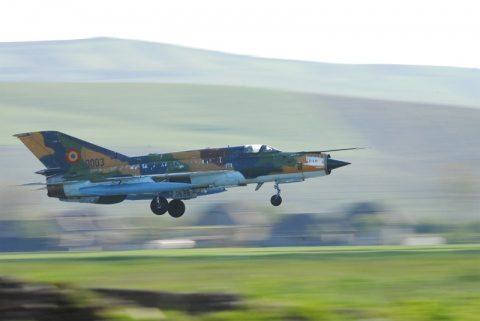 Concurs de viteză între un autoturism BMW X6M şi un avion MiG 21 LanceR la un miting aerian din Cluj. Vezi cine a câștigat