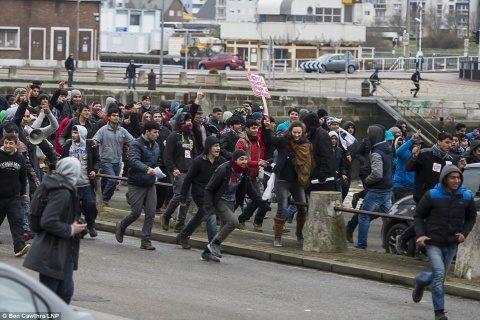 Autoritățile locale din Calais refuză să pună în aplicare ordinul judecătoresc pentru condiții mai bune acordate imigranților