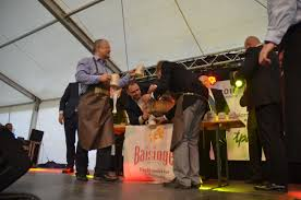 Emil Boc a încercat de două ori să dea cep unui butoi cu bere la festivalul german din Piața Unirii
