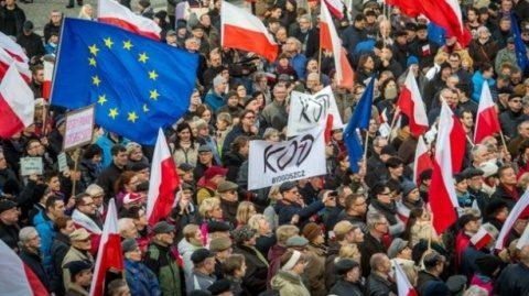 Comisia Europeană ameninţă Polonia cu suspendarea drepturilor de vot dacă nu respectă normele statului de drept