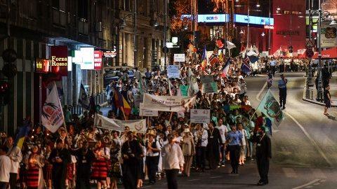 """5000 de tineri la Procesiunea Luminilor la ITO 2016. """"Nu ne este rușine că suntem români ortodocși!"""" (Video)"""