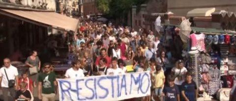 """Venețienii s-au săturat de turiști. Au ieșit în stradă: """"Ne vrem orașul înapoi!"""""""