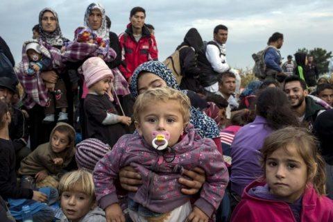 Budapesta fără milă! Ungaria refuză primirea imigranților care îngheață de frig la granița cu Serbia