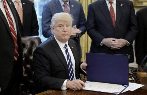 """Donald Trump acuză presa """"lipsită de onestitate"""" că ascunde performanţele sale """"incredibile"""": Michael Flynn a procedat corect comunicând cu Rusia, promite distrugerea SI şi consolidarea armatei"""