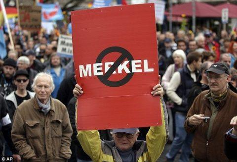 """Mii de germani au ieșit în stradă la Berlin împotriva lui Merkel. Nu mai vor """"porți deschise"""" imigranților (Video)"""