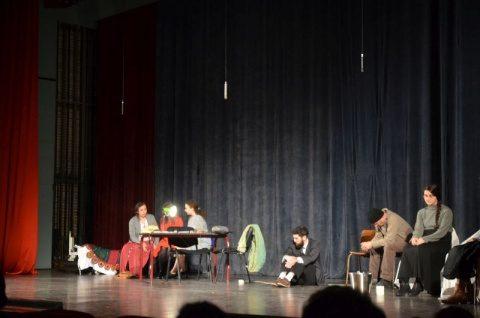 Sute de tineri au vizionat Colivia Privighetorilor, o piesă de teatru cutremurătoare despre lumina din temnițele comuniste românești