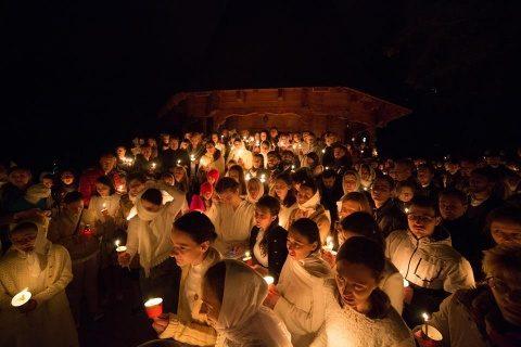 Tinerii ASCOR Cluj au vestit Învierea Domnului îmbrăcați în alb [VIDEO]