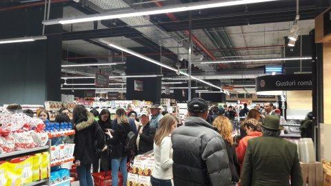 Mega Image s-a deschis la Cluj-Napoca. Clujenii au luat cu asalt magazinul. Are parking subteran