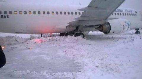 Șapte avioane au întârzieri din cauza gheții