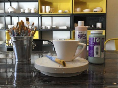 La o cafenea din Cluj clienții pot picta ceștile