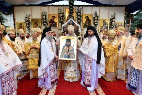 Canonizarea Sfinţilor Putneni: Să-i rugăm să lumineze sufletul nostru cu rugăciunile lor pentru a merge pe calea mântuirii, spune Patriarhul Daniel