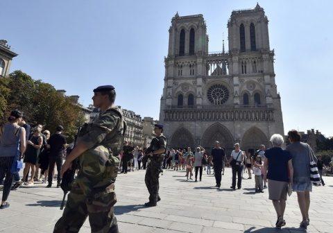 Franța a deschis bisericile pentru slujbe religioase în interior. Francezii se împărtășesc