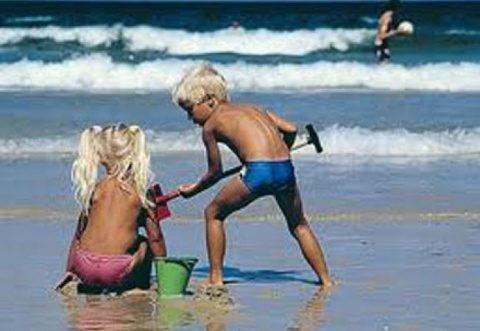 Cum ne protejăm copiii de soare la plajă