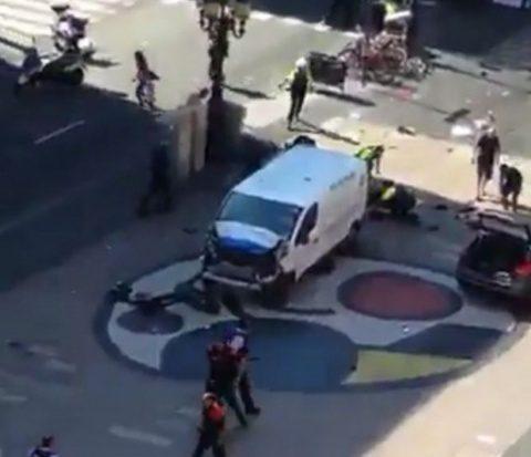 Nou atac terorist în Spania: O mașină a intrat în mulțime, 5 suspecți cu centuri explozive au fost uciși
