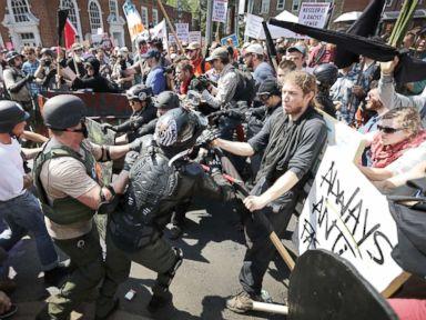 Polițiștii din Charlottesville nu au împrăștiat anarhiștii care atacau manifestarea autorizată a dreptei unite din America
