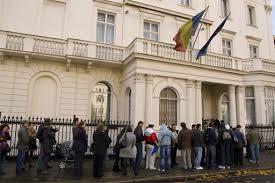 Cum pot scăpa de cozile de la consulate românii din Diaspora când solicită pașaportul