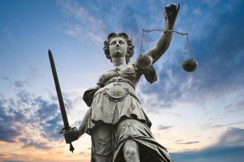 Amnistia şi graţierea nu pot fi interzise, a decis Curtea Constituțională