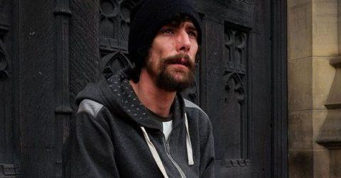 Omul străzii devenit erou în urma atacului din Manchester este acuzat de furt de către victimele atentatului