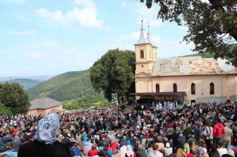 Mii de pelerini creștini la mănăstirea Nicula. Slujba transmisă în direct