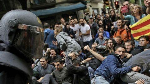 Mii de oameni se adună în Barcelona pentru a marca un an de la votul pro-independenţă a Cataloniei