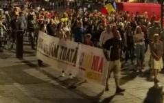 """Sute de clujeni au protestat împotriva guvernului: """"Justitie, nu corupție"""""""