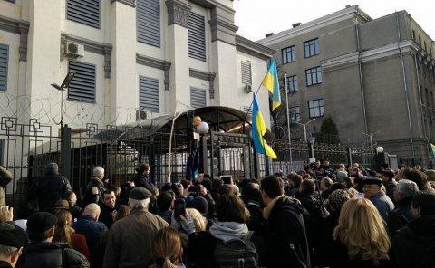 Ucraina interzice cetățenilor ruși să voteze pe teritoriul său. Rușii i-au cu asalt reprezentanțele diplomaticei