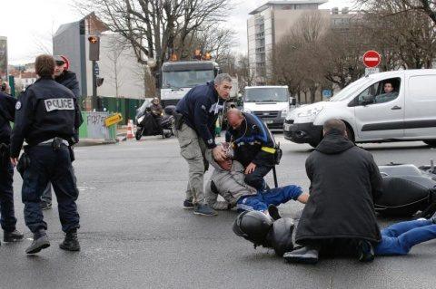 Atac terorist în Franţa: Adept al Statului Islamic a luat ostatici într-un supermarket