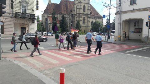 Participanți spre un miting păziți de jandarmi prin centrul Clujului