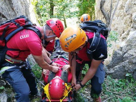 Amplu exercițiu de salvare al Salvamont Cluj, într-o peșteră din județul Bistrița-Năsăud