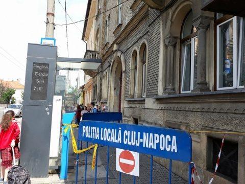 bucată dintr-un balcon degradat al unei clădiri dinstația de la Regionala CFR Cluj-Napocas-a prăbușit pe trotuar