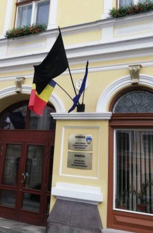 """Ziua Imnului Național """"sărbătorită"""" cu steag de doliu la Sfântu Gheorghe"""