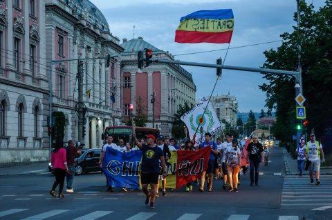 Participanții la Marșul Centenarului au ajuns ieri seară la Cluj-Napoca. Au fost primiţi de clujeni cu steaguri Tricolore şi insigne cu Centenarul