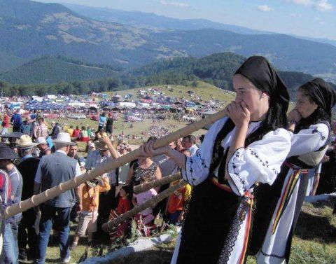 """Mii de oameni sunt aşteptaţi la """"Târgul de Fete"""" de pe Muntele Găina"""