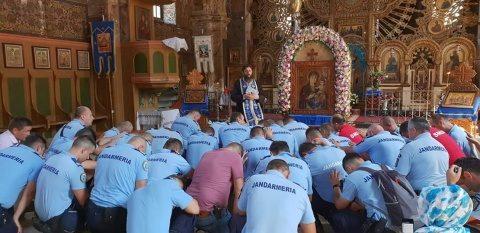 Poza Zilei: Jandarmii români se roagă la Mănăstirea Nicula