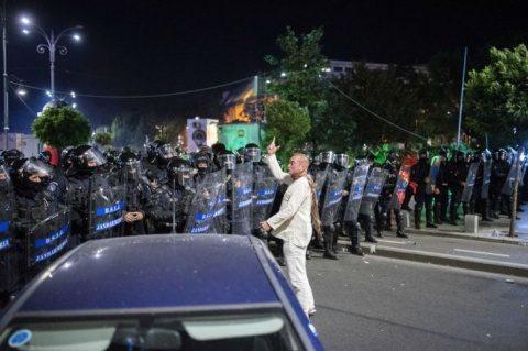 România, răstignită între tâlhari