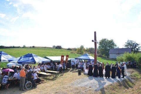 O cruce amplasată la intrarea în satul Cara din jud. Cluj, sfințită de IPS Andrei